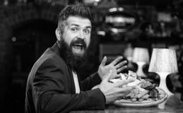 Le costume formel d'homme d'affaires se reposent au compteur de barre L'homme a re?u le repas avec les poissons frits de pomme de photo stock