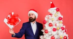 Le costume formel de hippie barbu d'homme heureux célèbrent Noël Concept de service de cadeau Envoyez ou recevez le cadeau de Noë image stock