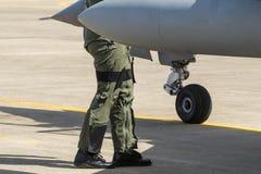 le costume pilote et pilote, le pilote a marché le contrôle plat avant le vol photo libre de droits