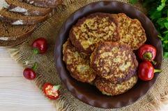 Le cotolette dietetiche del vegano di melanzana in un'argilla lanciano Immagini Stock Libere da Diritti