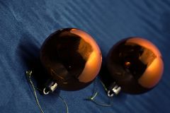 Le coton rougeoyant de Noël allument des boules sur une couverture de laine molle 2 photo libre de droits