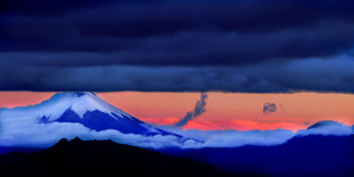 Le Cotopaxi, le volcan tout-puissant surplombant la ville de Quito, Equateur Photo libre de droits