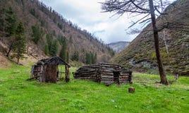 Le cottage abandonné de chasseurs de cabine se tient dans la gorge entre les montagnes dans l'Altai images stock