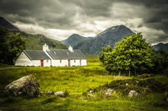 Le cottage de Blackrock avec la montagne de Bhuird d'a' de Meall dans Rannoch amarrent l'Ecosse Photos stock
