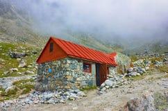 Le cottage de hautes montagnes pour le touriste et les grimpeurs se reposent image stock