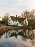 Le cottage de lotts de Willy d'automne aucune personnes vident la réflexion de l'eau vieille Image stock