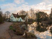 Le cottage de lotts de Willy d'automne aucune personnes vident la réflexion de l'eau vieille Images stock