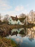 Le cottage de lotts de Willy d'automne aucune personnes vident la réflexion de l'eau vieille Photographie stock