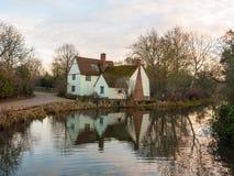 Le cottage de lotts de Willy d'automne aucune personnes vident la réflexion de l'eau vieille Images libres de droits