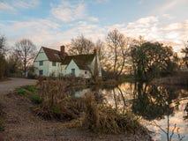 Le cottage de lotts de Willy d'automne aucune personnes vident la réflexion de l'eau vieille Photos libres de droits
