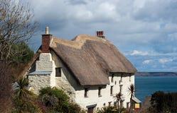 Crique couverte de chaume les Cornouailles d'église de cottage Photographie stock libre de droits