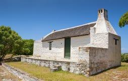 Le cottage du pêcheur traditionnel de toit couvert de chaume chez le Cap des Aiguilles ainsi Photographie stock libre de droits