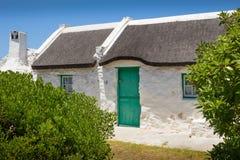 Le cottage du vieux pêcheur traditionnel chez le Cap des Aiguilles dans les sud Af Photos stock