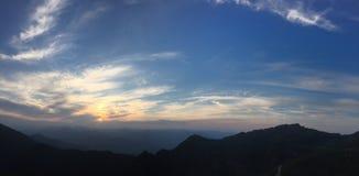 Le coucher de soleil a allumé le ciel Image libre de droits