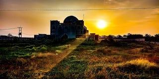Le coucher de soleil a brillé sur la mosquée images libres de droits