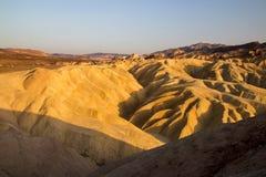 Le coucher de soleil sur les arêtes érodées de montagne du désert sèchent et paysage chaud au parc national de Death Valley de po images libres de droits
