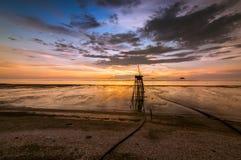Le coucher du soleil à la plage Photo stock