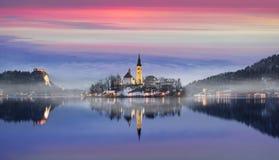 Le coucher du soleil étonnant au lac a saigné en hiver, Slovénie image stock