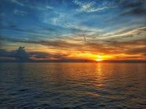 Le coucher du soleil, arrosent toujours image stock