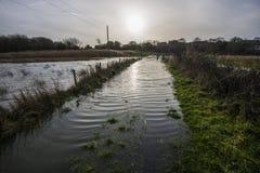 Le coucher du soleil au cours de l'hiver inonde chez Pebsham près de Bexhill dans le Sussex est, Angleterre images stock