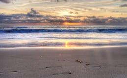 Le coucher du soleil au-dessus de l'océan à mille étapes échouent Photo stock