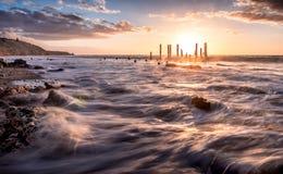Le coucher du soleil au-dessus de la jetée demeure Photo libre de droits