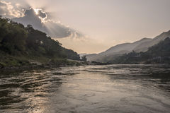 Le coucher du soleil au-dessus de la rivière le Mékong image libre de droits