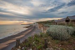 Le coucher du soleil au-dessus de sept soeurs marquent des falaises à la craie le Sussex est Angleterre R-U image libre de droits