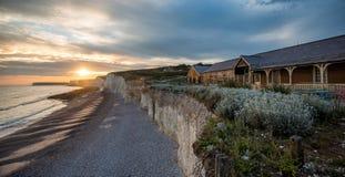 Le coucher du soleil au-dessus de sept soeurs marquent des falaises à la craie le Sussex est Angleterre R-U photographie stock