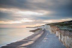 Le coucher du soleil au-dessus de sept soeurs marquent des falaises à la craie le Sussex est Angleterre R-U image stock