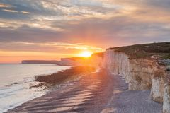 Le coucher du soleil au-dessus de sept soeurs marquent des falaises à la craie le Sussex est Angleterre R-U photographie stock libre de droits