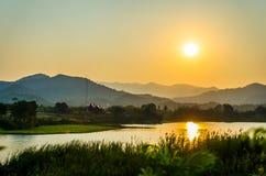 Le coucher du soleil au-dessus des montagnes Images libres de droits