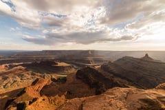 Le coucher du soleil au-dessus des montagnes et les canyons du cheval mort dirigent le parc d'état, Moab Utah images libres de droits