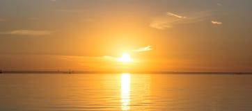 Le coucher du soleil au-dessus du golfe de Finlande images libres de droits