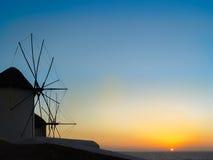 Le coucher du soleil aux moulins à vent dans Mykonos Image stock