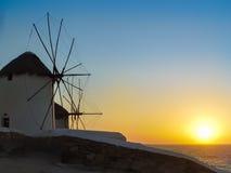 Le coucher du soleil aux moulins à vent dans Mykonos Image libre de droits