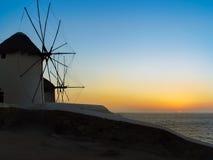 Le coucher du soleil aux moulins à vent dans Mykonos Images stock