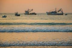 Le coucher du soleil avec des bateaux à la côte de la Colombie Images stock