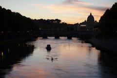 Le coucher du soleil avec le saint Peters Basilica Photo libre de droits