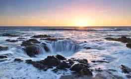 Le coucher du soleil bon du Thor, cap Perpetua, Orégon Image libre de droits