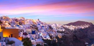 Le coucher du soleil célèbre chez Santorini dans le village d'Oia Photo stock