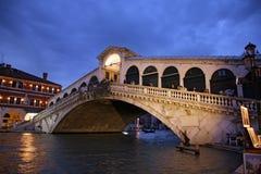 Le coucher du soleil célèbre d'ata de pont de Rialto, Venise - Italie Image stock