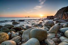 Le coucher du soleil chez Porth nanven dans les Cornouailles Photographie stock