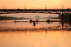 Le coucher du soleil contacte le pêcheur Image stock