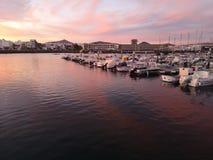 Le coucher du soleil d'îles Canaries à Lanzarote a abandonné le bateau image libre de droits
