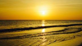 Le coucher du soleil d'or Photo stock