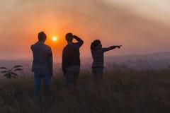 Le coucher du soleil d'adolescents les explorent Photos libres de droits