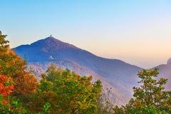 Le coucher du soleil d'arbres de crête et d'automne d'Apsara Photos stock