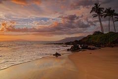 Le coucher du soleil d'or de Maui et adoucissent des vagues Photo stock