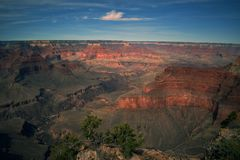 Le coucher du soleil d'or moule au-dessus du canyon grand image libre de droits